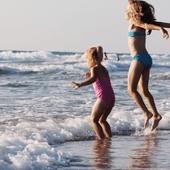 ¡Vienen días de playa! ⛱ 🌞  Es momento de sacar sombrillas, preparar toallas y rescatar cubos y palas. Eso sí, recuerda que un día de playa en familia puede convertirse en toda una aventura, por eso en nuestro último post os damos unos trucos y consejos para que vuestras jornadas playeras sean más divertidas y placenteras. 🤿 👙  ¡Apunta! 👉🏽 www.injusa.com  . . #playa #verano #vacaciones #planesconniños #niños #niñas #consejos #blog #Injusa