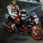 ¡Cómo nos emociona encontrarnos con imágenes como esta! 🥰  Y es que en nuestros más de 70 años de historia hemos patrocinado a diferentes pilotos de motociclismo, como es el caso de Daniel Amatriaín, al que podemos ver en esta fotografía durante el Open Ducados de 1991. 🏍 . . #recuerdos #patrocinio #motociclismo #moto #motorbike #motocycle #OpenDucados #Injusa