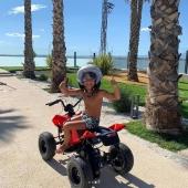 Así de feliz posaba hace unos días el hijo de @iscoalarcon, jugador del @realmadrid, tras recibir nuestro quad Hunter 24V como regalo de su sexto cumpleaños. 🎈🎁 . Un modelo que impresiona por su diseño y la alta calidad de sus acabados, ¡disponible en nuestra web!  . . #quad #quadabatería #quadHunter #juguetes #madeinspain #INJUSA